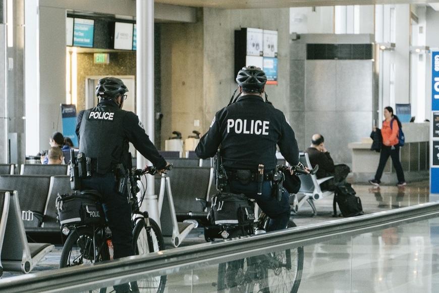 警察官の発砲、許される状況とは?発砲すると訴えられるリスクもある ...