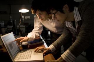 パソコンを操作する二人の社員